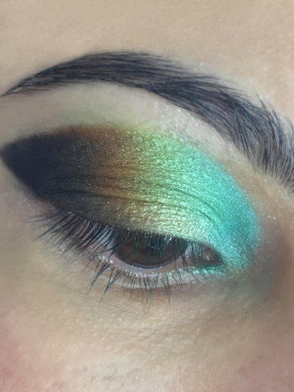 peacock style eyeshadow by using turquoise blue blended into dark brown
