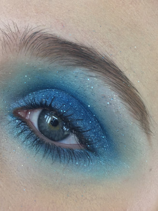 starry sky eyes looks by using sapphire blue eyeshadow with moon blue glitter