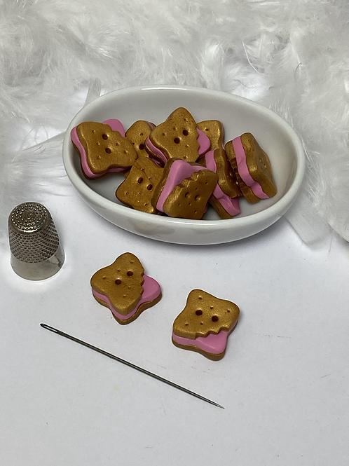 Bouton biscuit  croqué à  la fraise