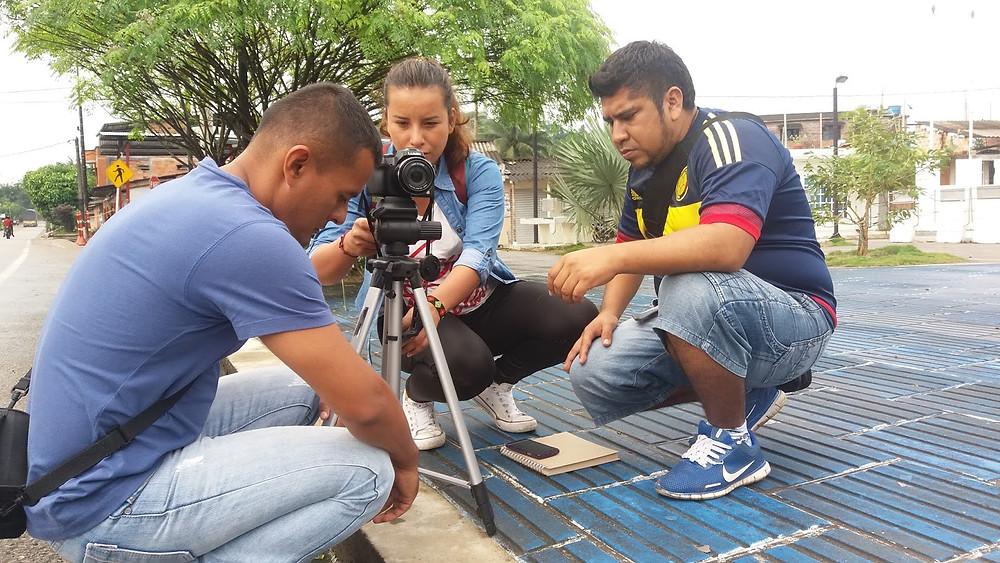 Cristian, Viviana y Danny ajustando el trípode  para la grabación. Foto tomada por Henrry Gamba