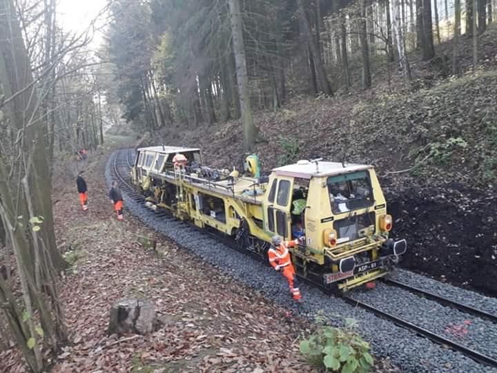 Práce na trati směrem do Lovečkovic
