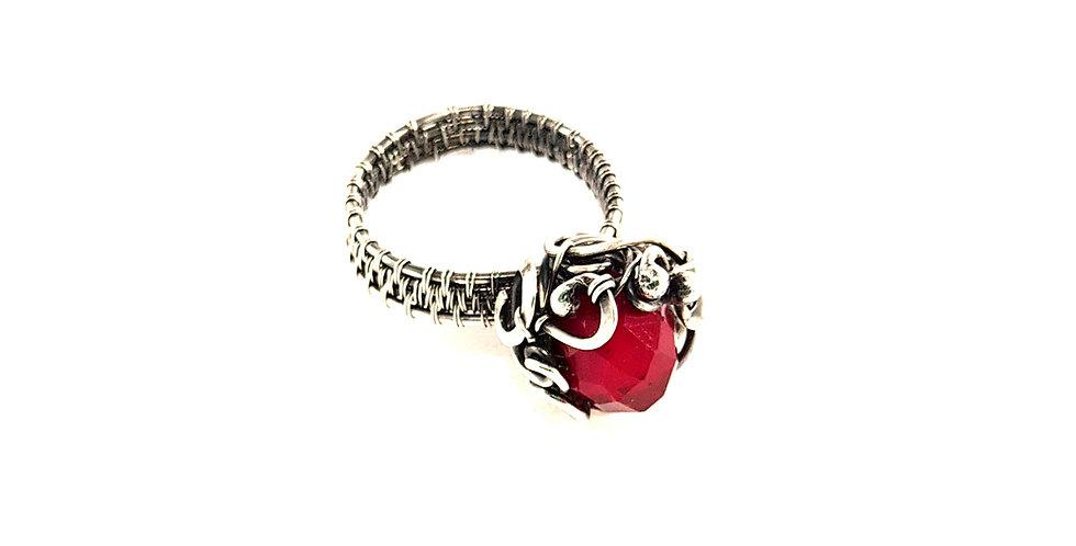 Silberner Ring mit rotem Kristall
