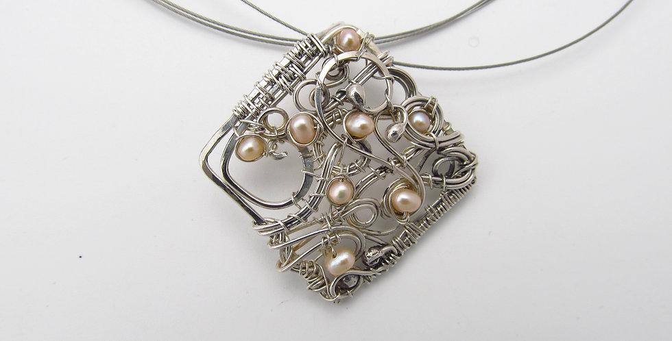 Silberner Anhänger mit Keshi-Perlen