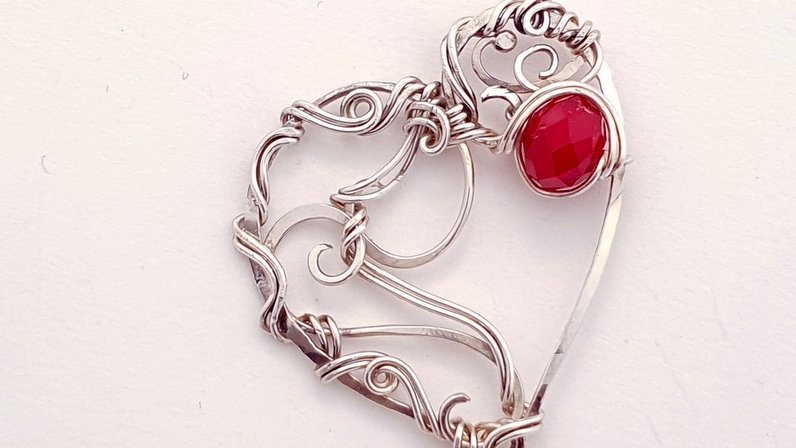 Silberner Herz-Anhänger mit rotem Kristall