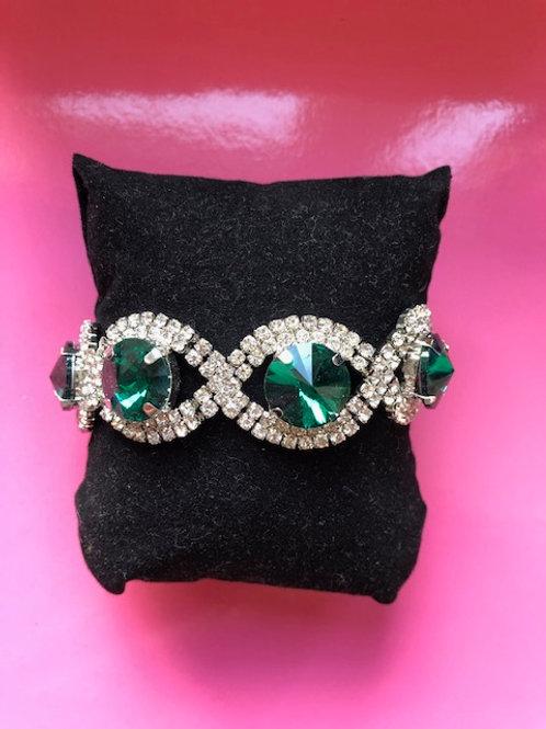 Armband met groene stenen.