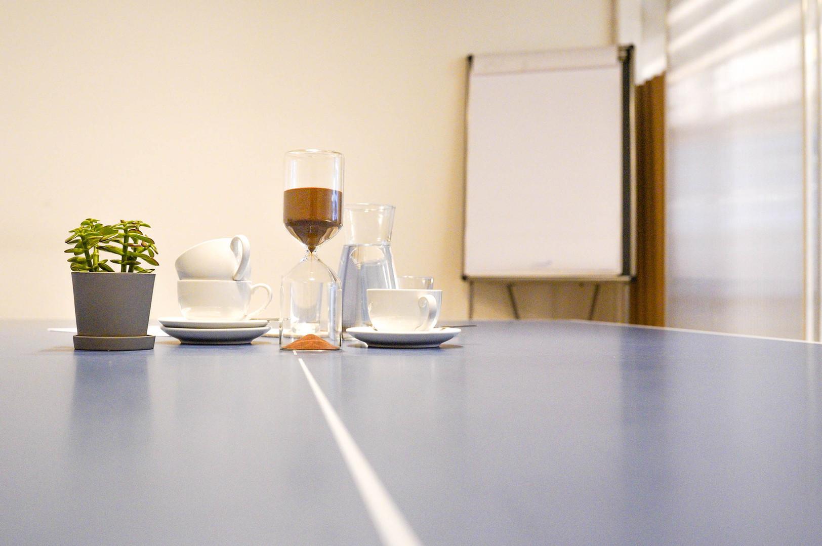 Meetingraum und Flipchart