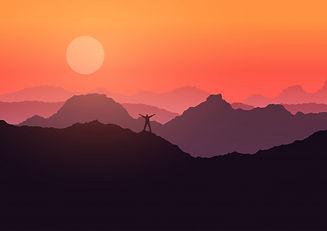homme-se-tenait-paysage-montagne-au-couc
