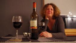 Mit einem Gläschen Wein am Tisch