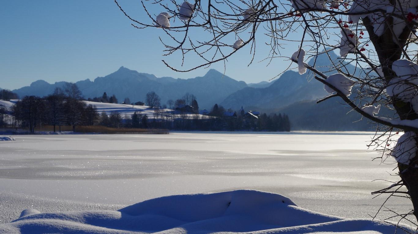 Den See bedeckt eine Eisschicht
