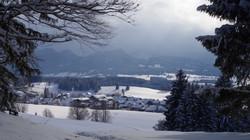 Zell vor den verwolkten Alpen