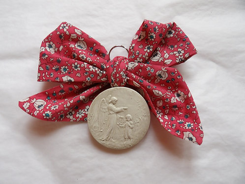 Médaille de berceau -  ange à l'enfant debout - rose