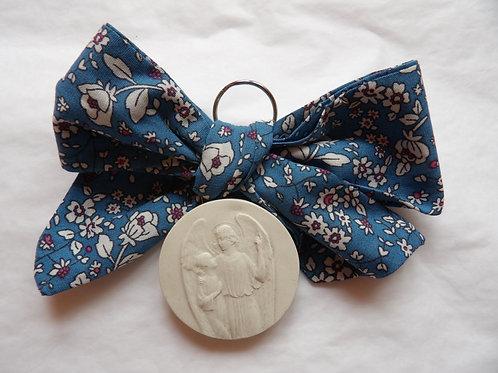 Médaille de berceau -  ange à l'enfant montrant le ciel - bleu