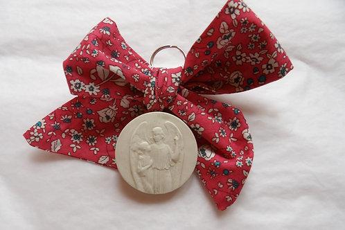 Médaille de berceau -  ange à l'enfant montrant le ciel - rose