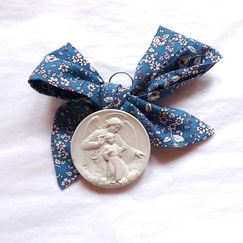 Médaille de berceau -  ange à l'enfant à genoux - bleu