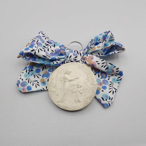 Médaille de berceau -  ange à l'enfant debout - olivier bleu