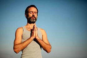 Hombre de la yoga Namaste