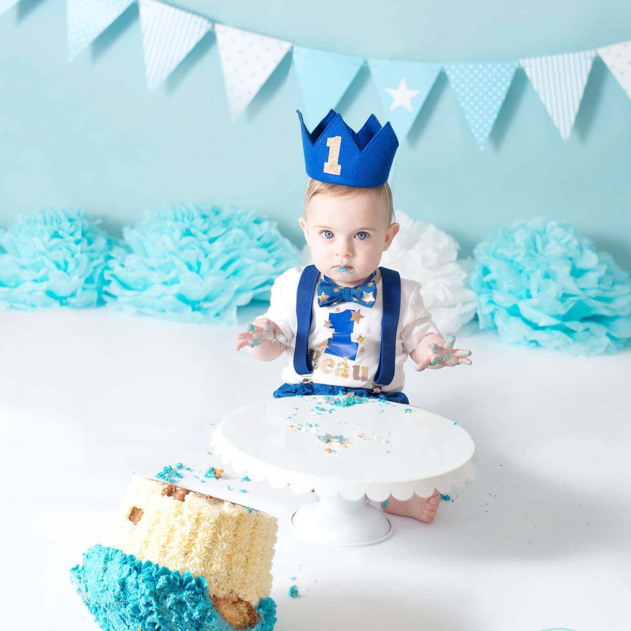 Boy cake smash cake on the floor