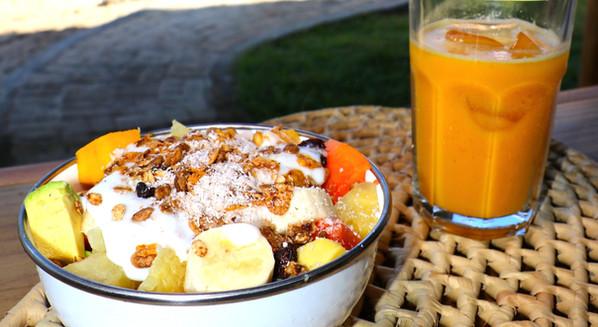 Tigela de frutas + Suco laranja