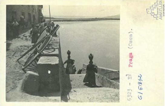 Arxiu Mas. 1925. Dones venint del riu de buscar aigua.