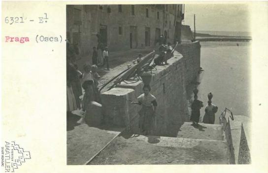 Arxiu Mas. 1925. Venin del riu de buscar aigua.