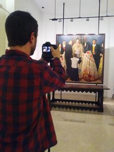 """Lucas Gracia fotografiando el cuadro de Viladrich, """"Boda fragatina""""."""