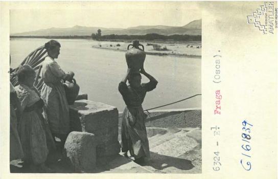 Arxiu Mas. 1925. Dones venint de buscar aigua.