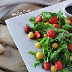 Salade d'été aux fraises, cerises de terre & roquette avec vinaigrette érable-balsamique
