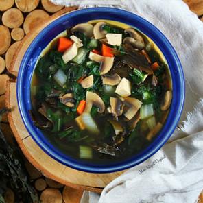 Soupe nourrissante à l'ortie, aux algues & au miso