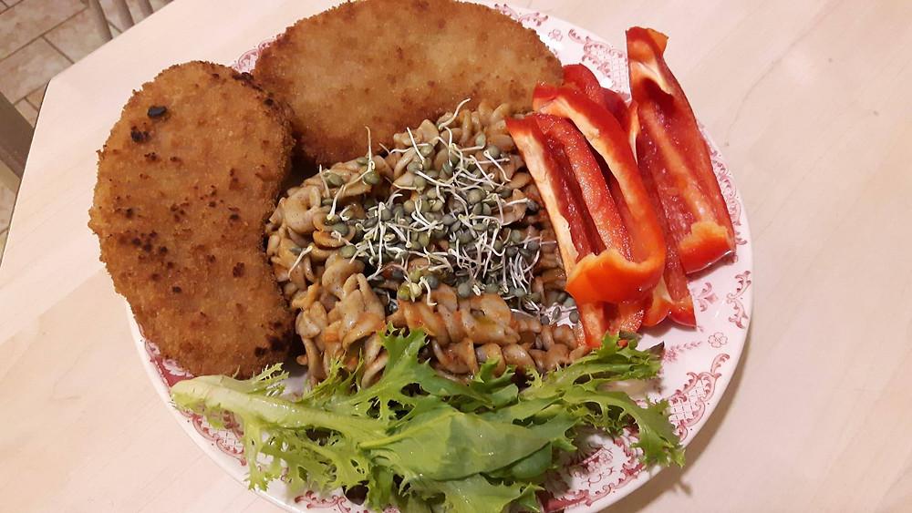 Restant de pâtes au sarrasin avec sauce tomate basilic, lentilles germées, steak végétal de soja et blé bio, salade et poivrons crus