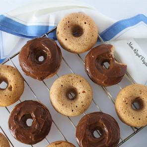 Recette de base de beignes hyper simples et moelleux avec glaçage au chocolat ou au caramel {Végane}