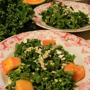 Salade crémeuse de kale mariné aux graines de  papaye et à la moutarde