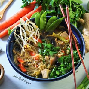 Soupe-bouillon réconfortante au gingembre, miso, tofu & légumes avec vermicelles de riz