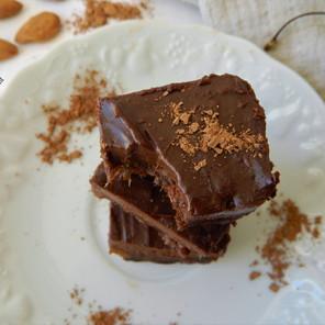 Délicieux brownie cru avec glaçage à l'avocat {Végane, sans gluten}