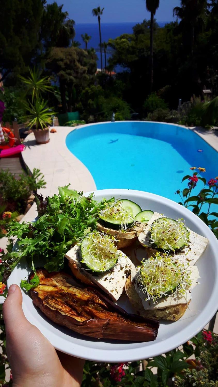Aubergine grillée à l'ail et à l'huile d'olive, pain au chia avec feto (tofu fermenté aux herbes), concombres, luzerne germée, laitue, huile d'olive et vinaigre balsamique