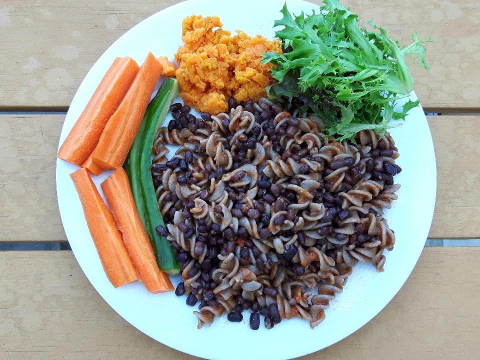 Pâtes 100% sarrasin, haricots azuki germés, sauce tomate basilic, patates douces pilées avec épices indiennes, salade et crudités