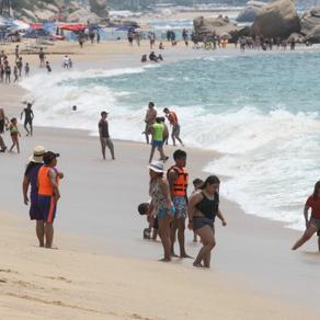 Turistas desafían al Covid-19 en Acapulco