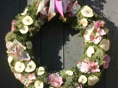 Des couronnes de fleurs et pommes à expédier
