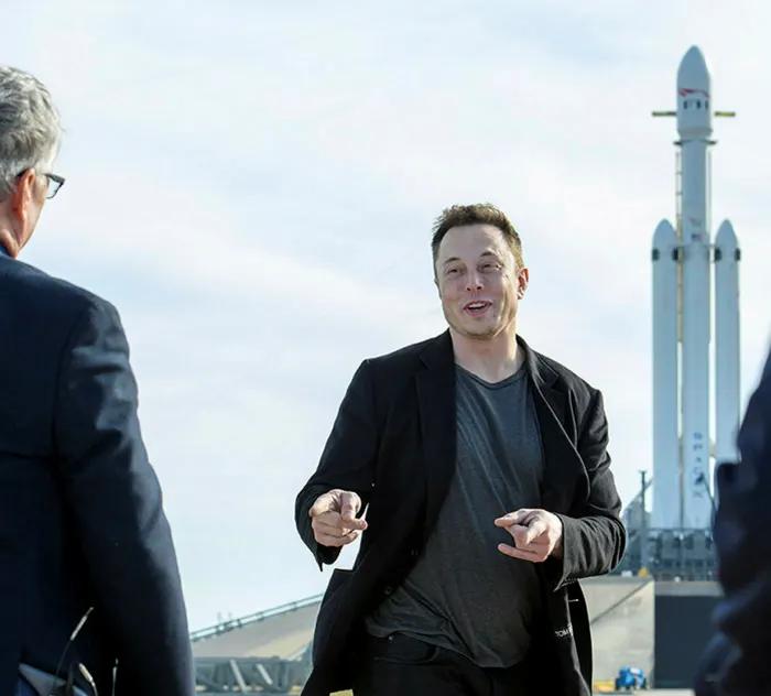 Elon Musk, fundador da Tesla e da SpaceX, em um lançamento de foguete no Kennedy Space Center da Nasa em Cabo Canaveral, 2018. Desde o ano passado, sua fortuna cresceu de US $ 25 bilhões para mais de US $ 150 bilhões. © New York Times / Redux / eyevine
