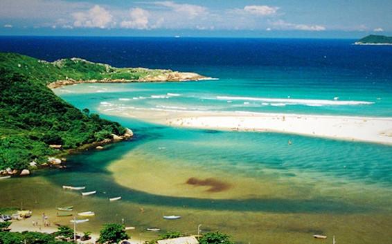 Um rio à beira mar