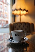 Kaffeetasse mit Sessel im Hintergrund