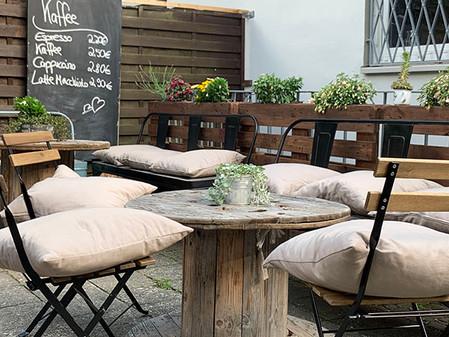 Omi backt! Garten mit Stühlen