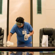 Cliente de limpieza de Desert Arc limpiando un escritorio