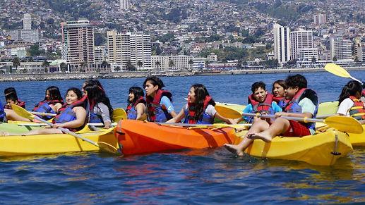 Niños navegando en travesía en Kayak