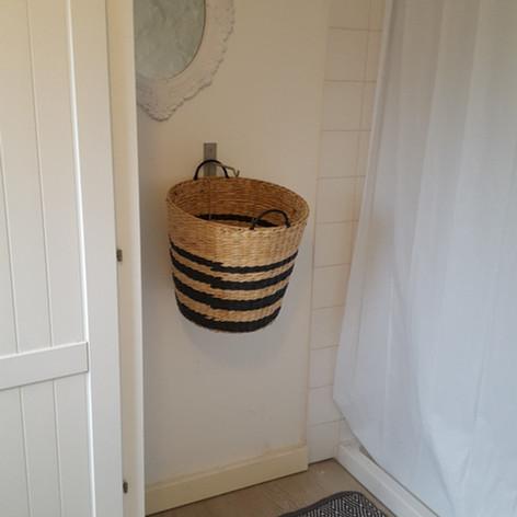 Badkamer op begane grond van de Cottage Charente, met douche, toilet en grote kast