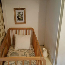 Babykamertje van de Cottage Charente met wastafel op 1e etage