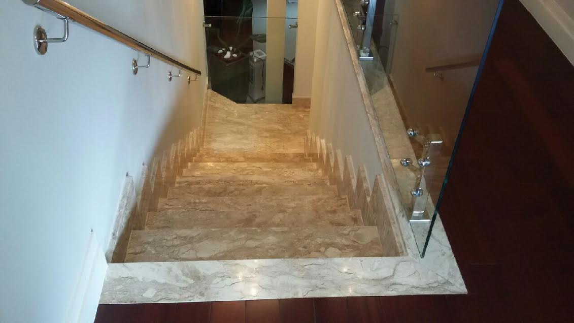 escada interna em travertino