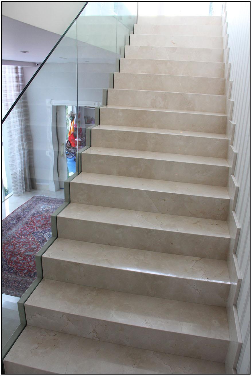 Escada interna em mármore