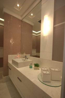 banheiro meninas moderno em Marmore