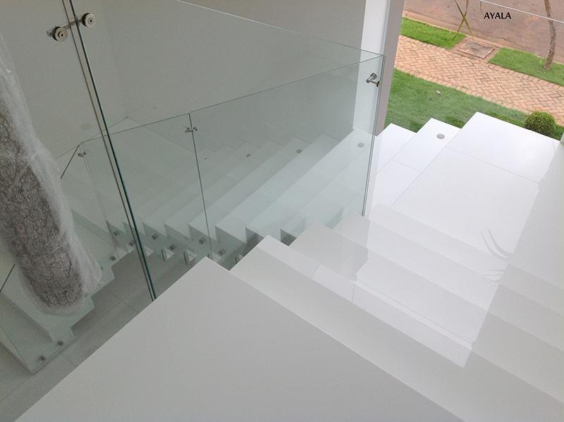 Escada interna em quartzo branco