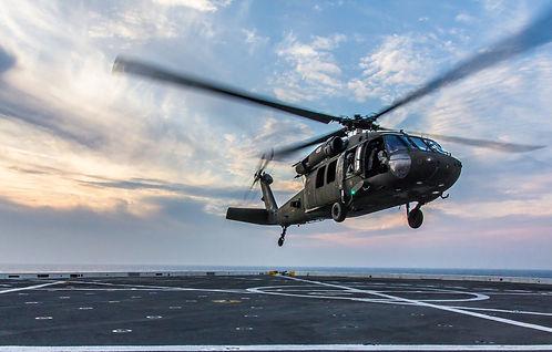 uh-60-blackhawk-vertoliot-posadka-na-pal